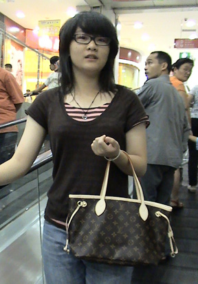 Qi Rong turns heads carrying her Vuitton Neverfull!