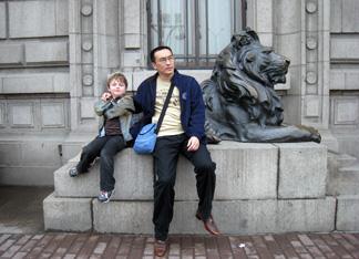 Liu Wei with Lu and lion